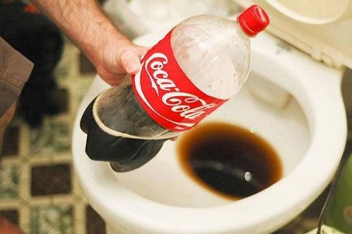 coca cola tẩy trắng bồn cầu